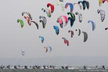 EXCLUSIF - 1 er etape des Championnats de France de Kite Surf de longue distance. Competitiion place sous le theme de l ecologie responsable. Le vainqueur des quatre jours de regates est Marc Blanc. Depart. Arcachon, FRANCE - 26/04/2009EXCLUSIF - 1 er etape des Championnats de France de Kite Surf de longue distance. Arcachon, FRANCE - 26/04/2009